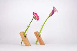Handgefertigte Vase aus Douglasien-Holz mit Reagenzglas.
